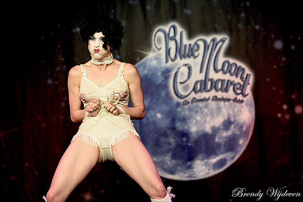 Deena Ray at The Blue Moon Cabaret in eindhoven / the decadent burlesque soiree