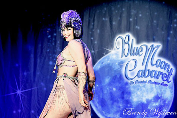 Xarah von den Vielenregen at The Blue Moon Cabaret in eindhoven / the decadent burlesque soiree